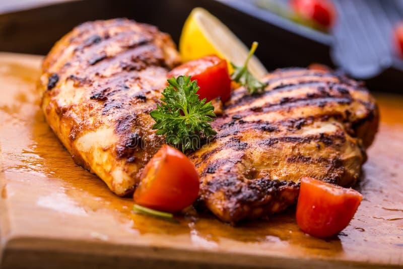 Ψημένο στη σχάρα στήθος κοτόπουλου στις διαφορετικές παραλλαγές με το κεράσι tomat στοκ εικόνες