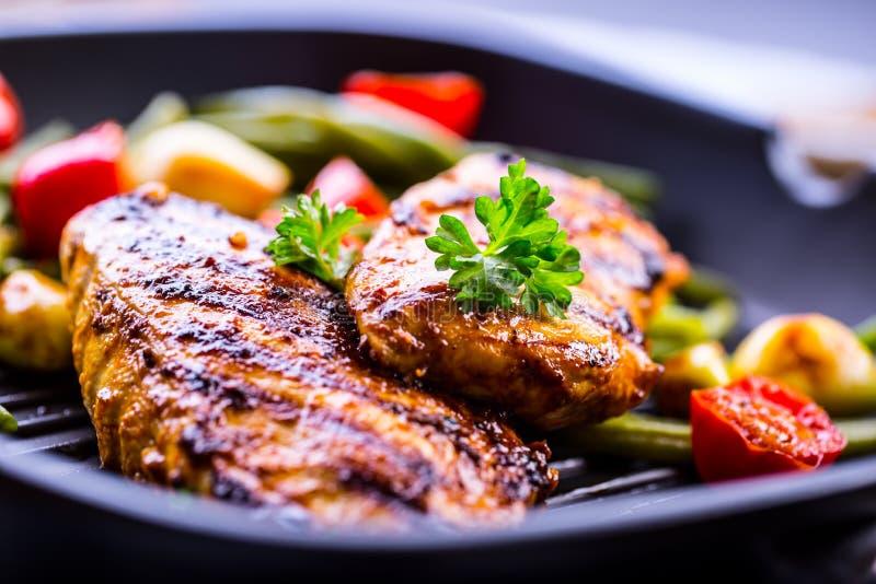 Ψημένο στη σχάρα στήθος κοτόπουλου στις διαφορετικές παραλλαγές με το κεράσι tomat στοκ φωτογραφία με δικαίωμα ελεύθερης χρήσης