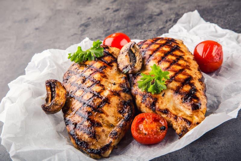 Ψημένο στη σχάρα στήθος κοτόπουλου στις διαφορετικές παραλλαγές με τις ντομάτες κερασιών, τα μανιτάρια, τα χορτάρια, το λεμόνι πε στοκ εικόνες