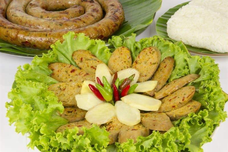 Ψημένο στη σχάρα ταϊλανδικό πικάντικο λουκάνικο Sai Aua Notrhern στο άσπρο άσ στοκ φωτογραφία
