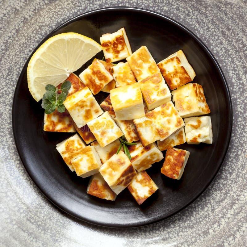 Ψημένο στη σχάρα τυρί Halloumi με το λεμόνι και τα χορτάρια στοκ φωτογραφία με δικαίωμα ελεύθερης χρήσης