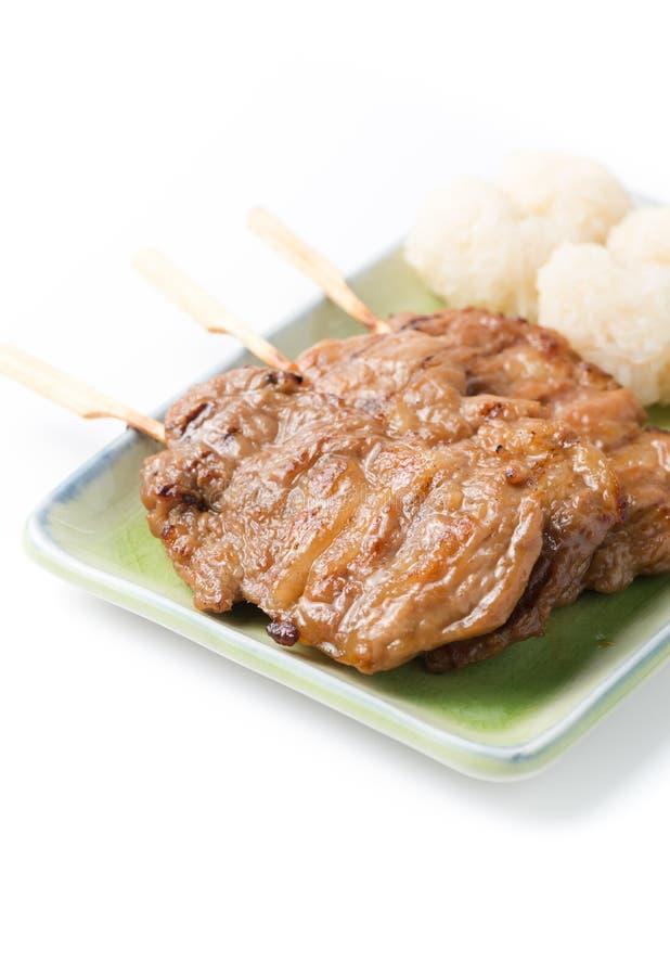 Ψημένο στη σχάρα χοιρινό κρέας και κολλώδες ρύζι στο ξύλινο υπόβαθρο στοκ φωτογραφία