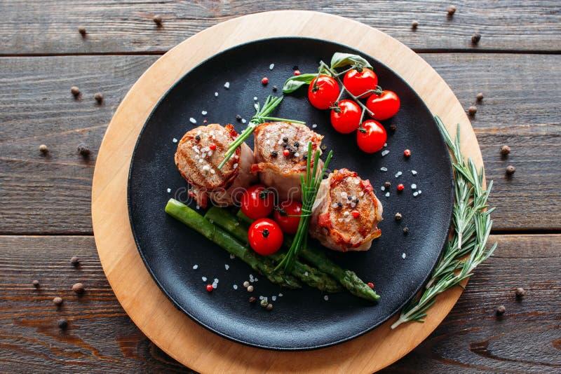 Ψημένο στη σχάρα χοιρινό κρέας με τα λαχανικά και τα καρυκεύματα στοκ φωτογραφία