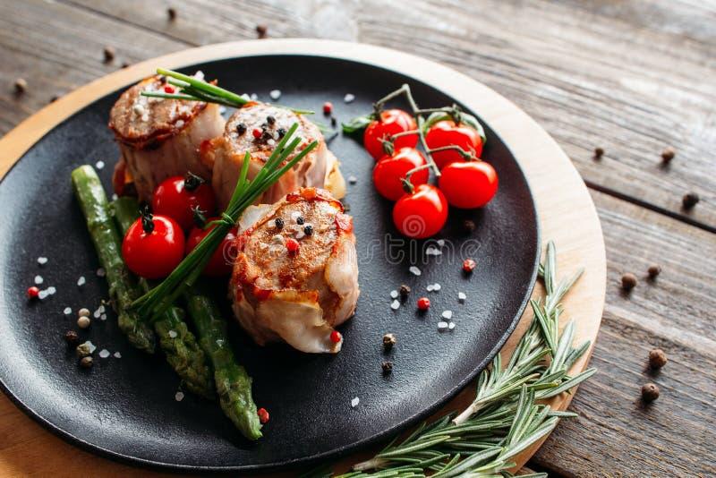 Ψημένο στη σχάρα χοιρινό κρέας με τα λαχανικά και τα καρυκεύματα στοκ εικόνες με δικαίωμα ελεύθερης χρήσης