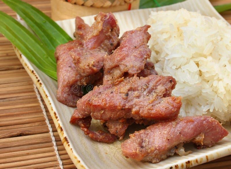 Ψημένο στη σχάρα χοιρινό κρέας με το κολλώδες ρύζι, ταϊλανδικά τρόφιμα στοκ εικόνα με δικαίωμα ελεύθερης χρήσης