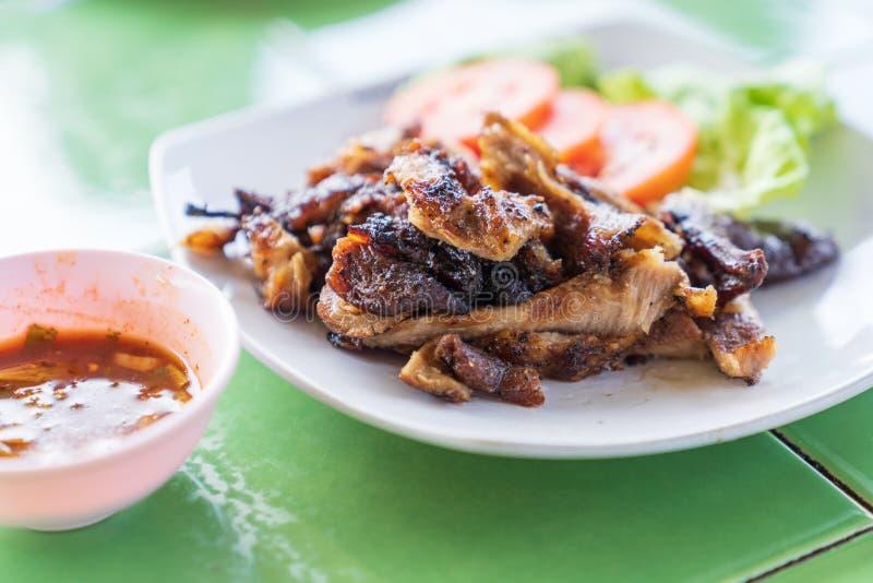 Ψημένο στη σχάρα χοιρινό κρέας στο άσπρο υπόβαθρο πιάτων στοκ εικόνες
