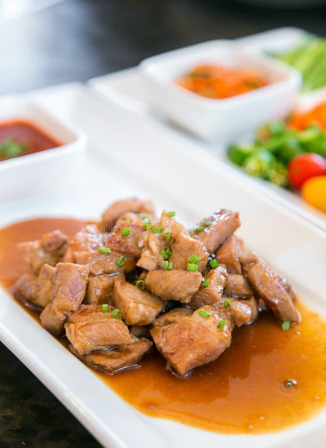 ψημένο στη σχάρα χοιρινό κρέας στο πιάτο - κορεατικό ύφος στοκ φωτογραφίες
