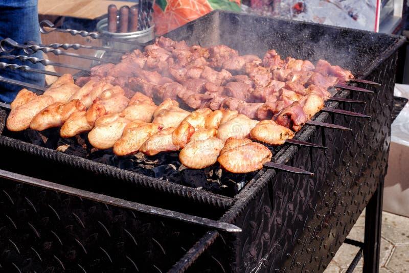 Ψημένο στη σχάρα kebab μαγείρεμα στο οβελίδιο μετάλλων Ψημένο κρέας που μαγειρεύεται στη σχάρα BBQ φρέσκες φέτες μπριζολών κρέατο στοκ εικόνα με δικαίωμα ελεύθερης χρήσης
