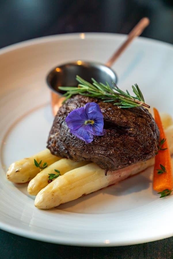 Ψημένο στη σχάρα Tenderloin βόειου κρέατος άσπρο σπαράγγι στοκ φωτογραφία