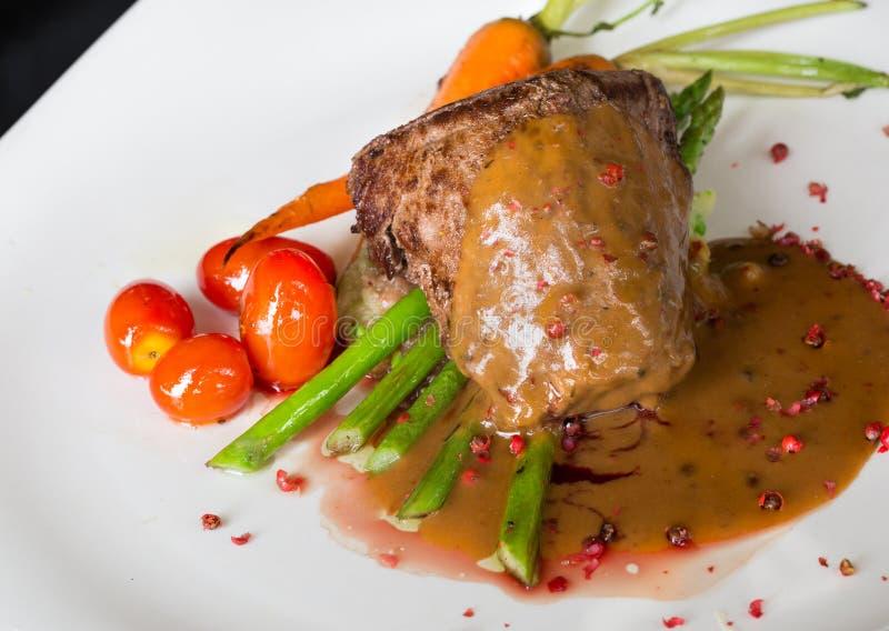 Ψημένο στη σχάρα tenderloin βόειου κρέατος με το σπαράγγι και ντομάτα στο κόκκινο κρασί sa στοκ φωτογραφίες