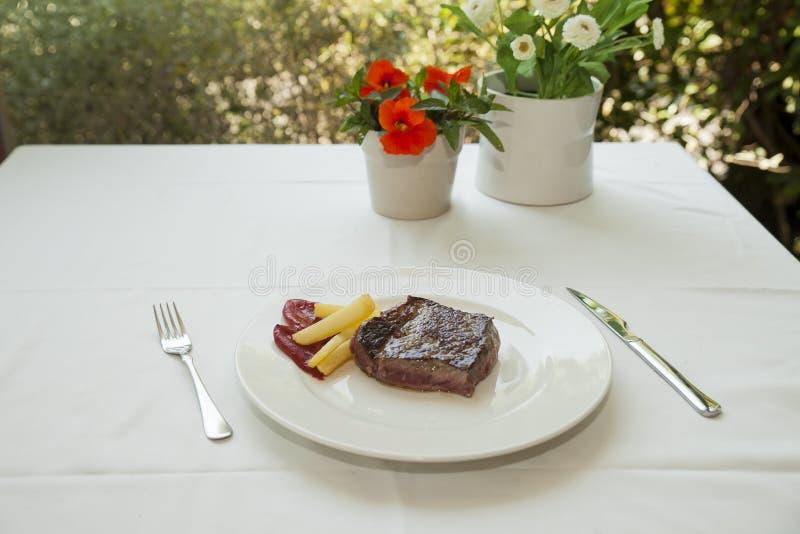 Ψημένο στη σχάρα tenderloin βόειου κρέατος πιάτο με τις πατάτες στοκ εικόνα