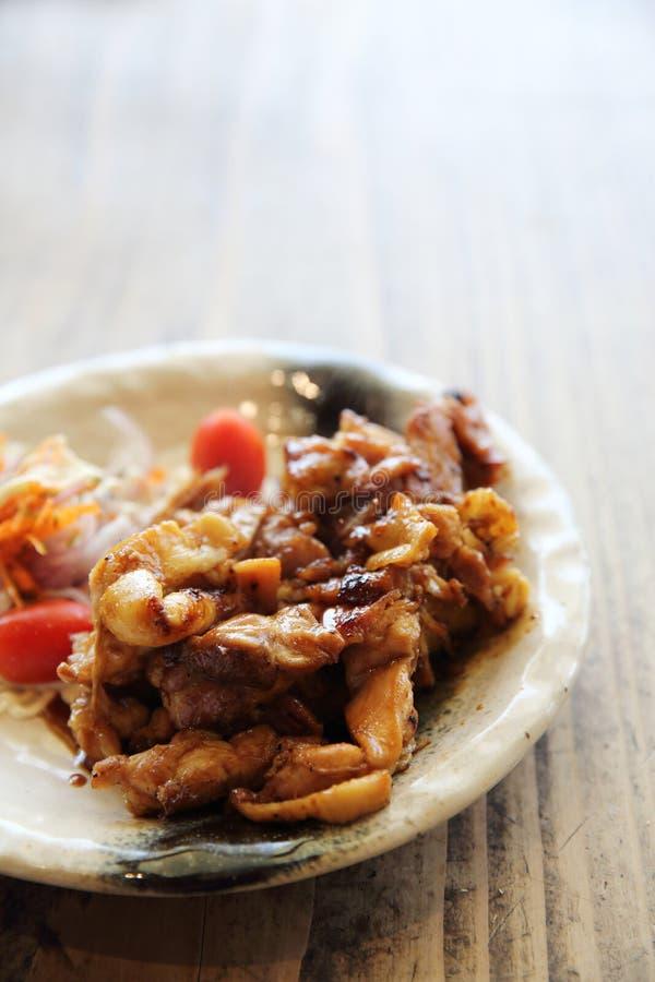 Ψημένο στη σχάρα teriyaki κοτόπουλου σε ένα πιάτο στοκ εικόνα με δικαίωμα ελεύθερης χρήσης