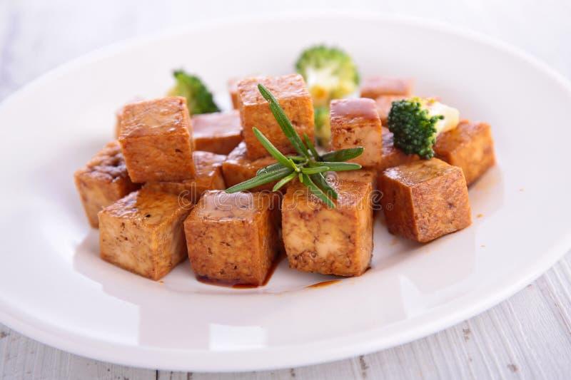 Ψημένο στη σχάρα tofu με τη σάλτσα σόγιας στοκ εικόνες με δικαίωμα ελεύθερης χρήσης