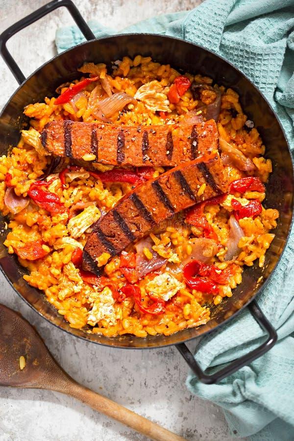 Ψημένο chorizo κοτόπουλο με το paella κόκκινων πιπεριών στοκ εικόνα με δικαίωμα ελεύθερης χρήσης