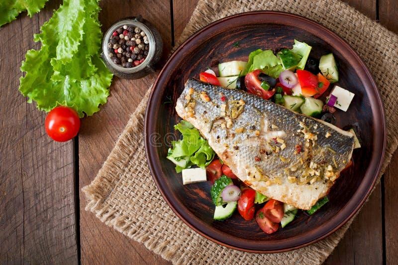 Ψημένο seabass με την ελληνική σαλάτα στοκ φωτογραφίες με δικαίωμα ελεύθερης χρήσης