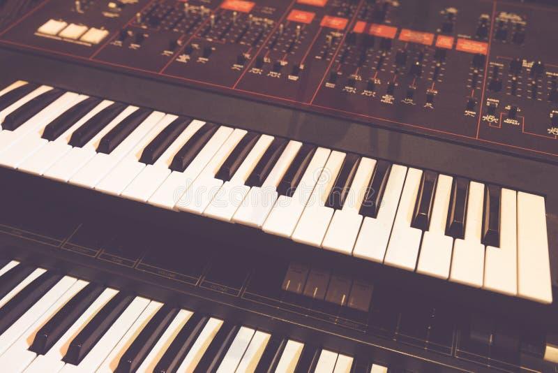 Ψηφιακά κλειδιά πιάνων και ακουστικός δρομέας στοκ φωτογραφία
