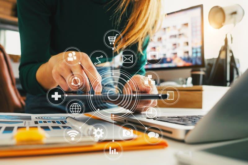 Ψηφιακά μέσα μάρκετινγκ στην εικονική οθόνη στοκ φωτογραφία με δικαίωμα ελεύθερης χρήσης