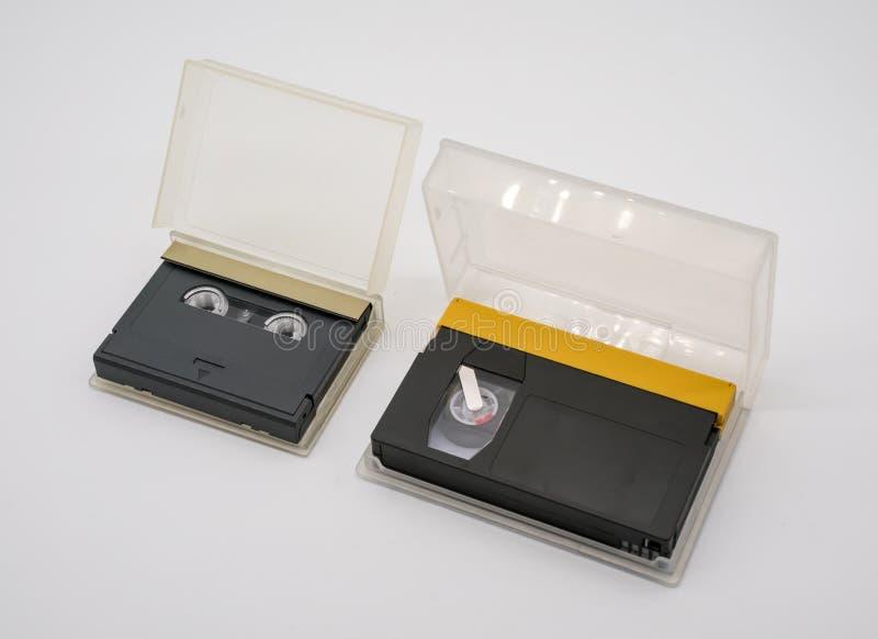 Ψηφιακές ακουστικές και τηλεοπτικές ταινίες που απομονώνονται στο λευκό στοκ φωτογραφία με δικαίωμα ελεύθερης χρήσης