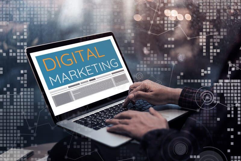 Ψηφιακές ιδέες εννοιών μάρκετινγκ με το αρσενικό χέρι που χρησιμοποιεί το lap-top στοκ εικόνες