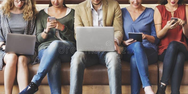 Ψηφιακές συσκευές σύνδεσης ανθρώπων ποικιλομορφίας που κοιτάζουν βιαστικά την έννοια στοκ εικόνες