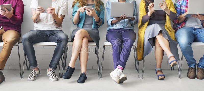 Ψηφιακή έννοια δικτύων τεχνολογίας συσκευών σύνδεσης φίλων στοκ εικόνες