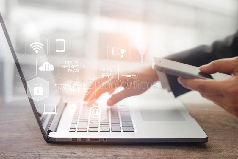 Ψηφιακή έννοια μέσων μάρκετινγκ Επιχειρηματίας σχετικά με το lap-top στοκ φωτογραφίες με δικαίωμα ελεύθερης χρήσης