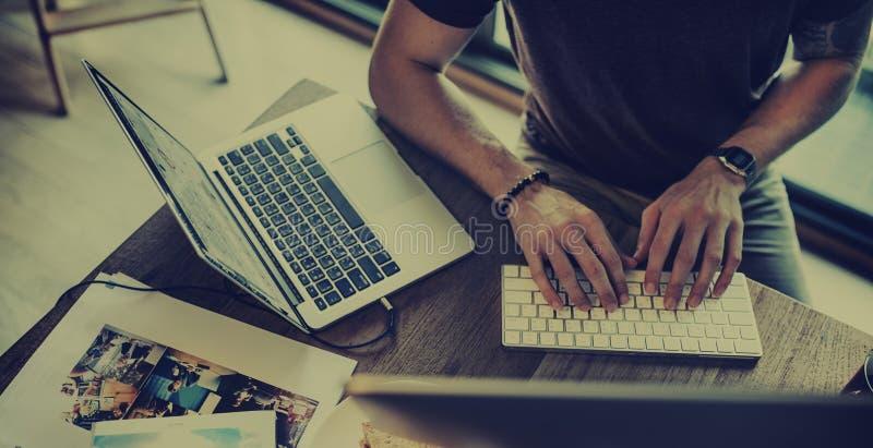 Ψηφιακή έννοια συσκευών σύνδεσης εργασίας ατόμων στοκ φωτογραφίες με δικαίωμα ελεύθερης χρήσης