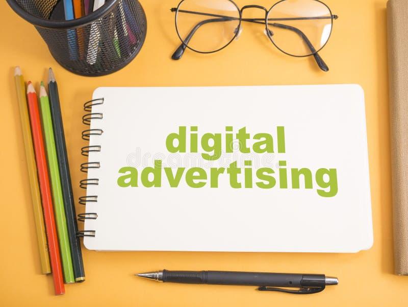 Ψηφιακή διαφήμιση, κινητήρια έννοια αποσπασμάτων λέξεων επιχειρησιακού μάρκετινγκ στοκ φωτογραφία