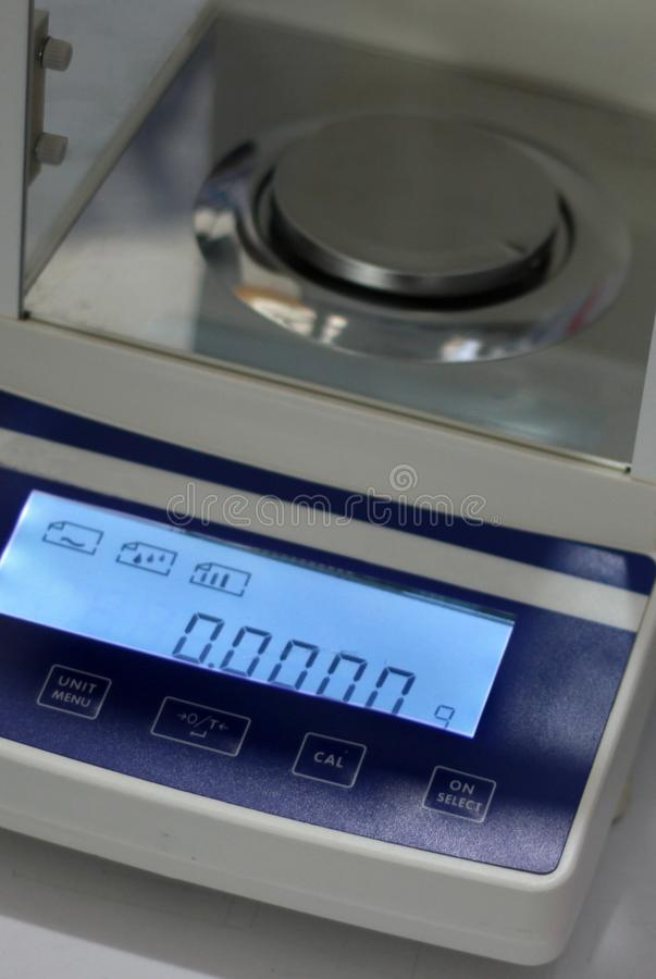 Ψηφιακή ισορροπία για να ζυγίσει τις μικρές ποσότητες ουσίας στο χημικό εργαστήριο στοκ εικόνα