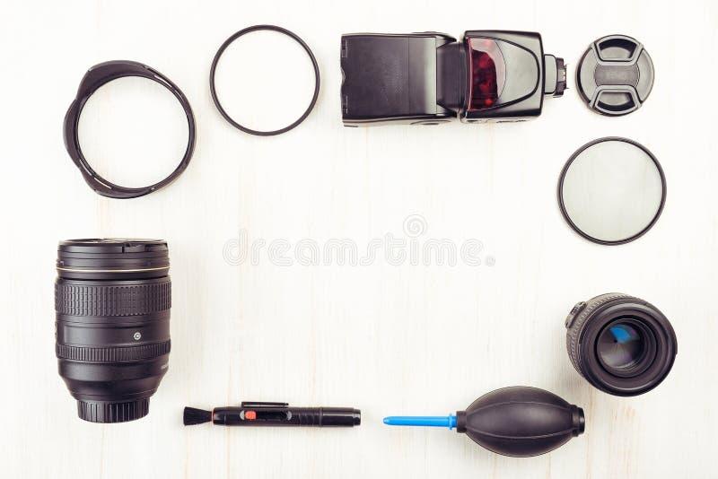 Ψηφιακή κάμερα, φακοί, speedlight λάμψη και εξοπλισμός στοκ εικόνες