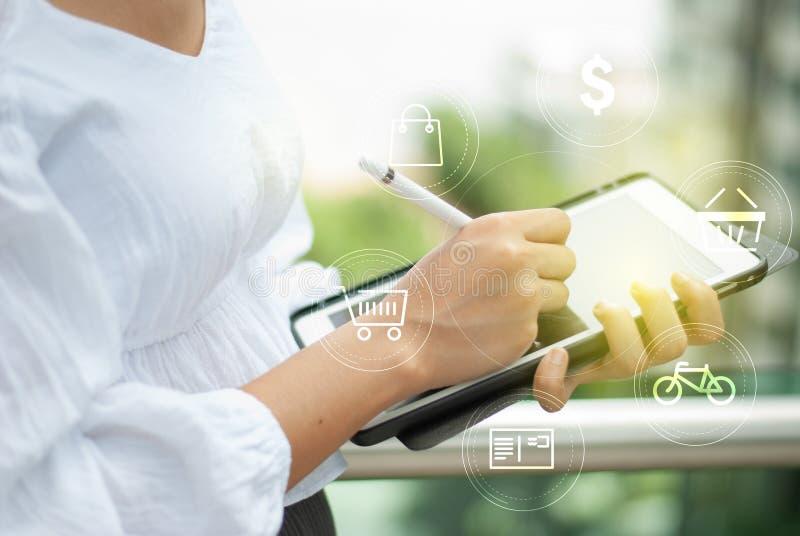 Ψηφιακή οθόνη αφής ταμπλετών που λειτουργεί on-line στοκ φωτογραφία