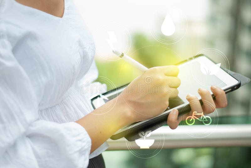 Ψηφιακή οθόνη αφής ταμπλετών που λειτουργεί on-line στοκ φωτογραφία με δικαίωμα ελεύθερης χρήσης