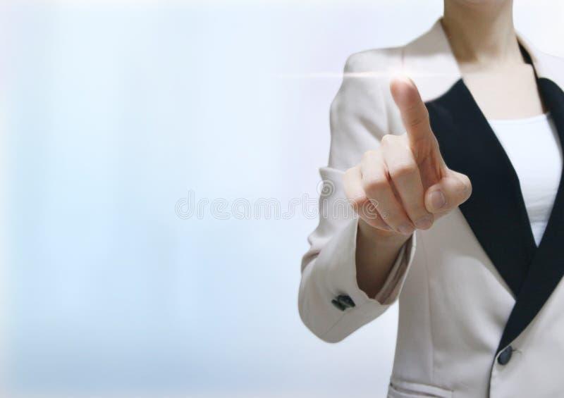 Ψηφιακή παγκόσμια οθόνη αφής επιχειρησιακών γυναικών στοκ φωτογραφία με δικαίωμα ελεύθερης χρήσης