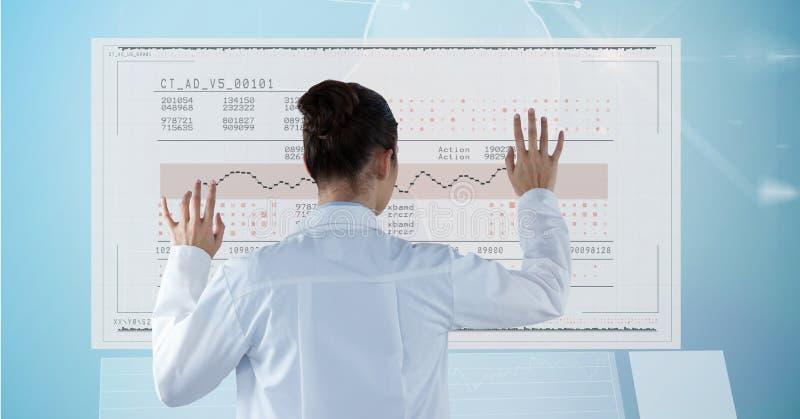 Ψηφιακή σύνθετη εικόνα του γιατρού που ελέγχει την ιατρική έκθεση στοκ εικόνα