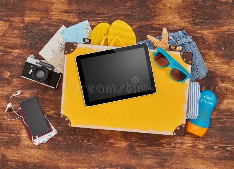 Ψηφιακή ταμπλέτα, βαλίτσα, ιματισμός και προσωπικά εξαρτήματα στοκ εικόνες
