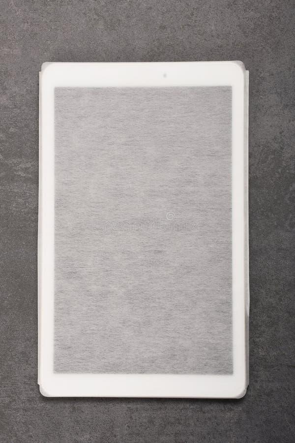 Ψηφιακή ταμπλέτα σε μια περίπτωση στο γκρίζο υπόβαθρο με το διάστημα αντιγράφων στοκ φωτογραφία με δικαίωμα ελεύθερης χρήσης