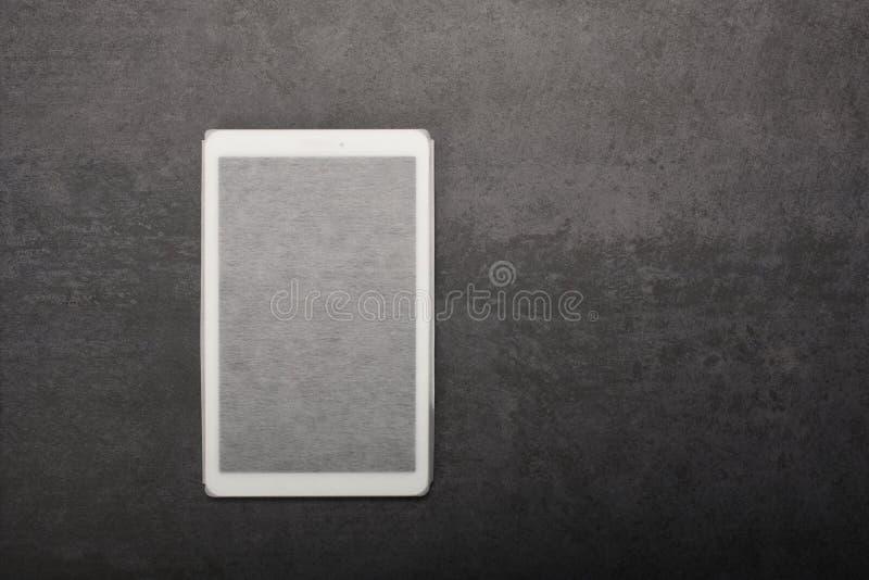 Ψηφιακή ταμπλέτα σε μια περίπτωση στο γκρίζο υπόβαθρο με το διάστημα αντιγράφων στοκ εικόνα με δικαίωμα ελεύθερης χρήσης