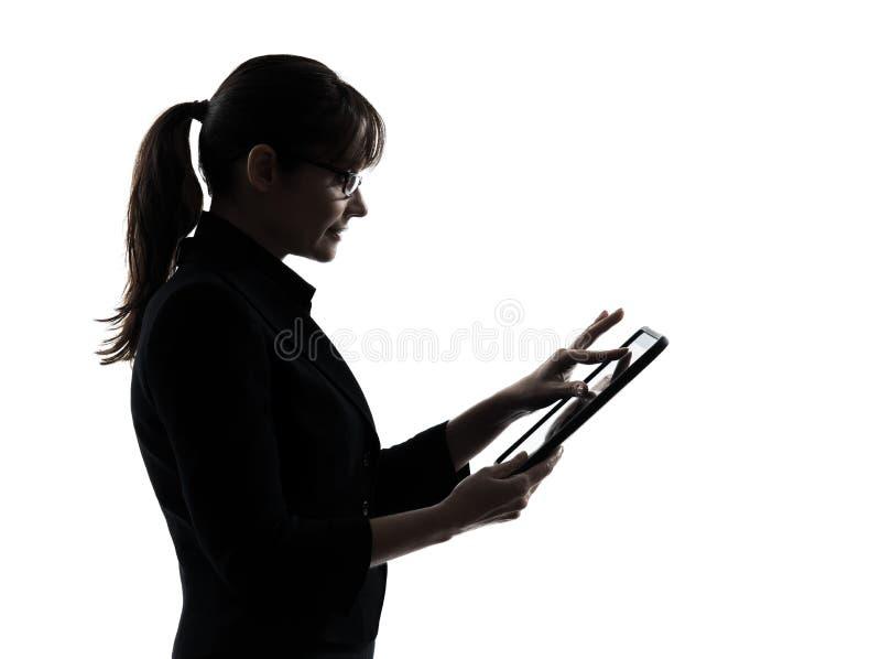 Ψηφιακή ταμπλέτα δακτυλογράφησης υπολογισμού υπολογιστών επιχειρησιακών γυναικών silhoue στοκ εικόνες με δικαίωμα ελεύθερης χρήσης