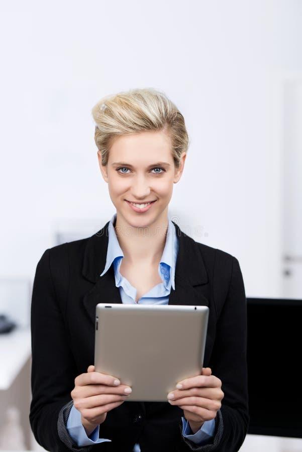 Ψηφιακή ταμπλέτα εκμετάλλευσης επιχειρηματιών στην αρχή στοκ φωτογραφία με δικαίωμα ελεύθερης χρήσης