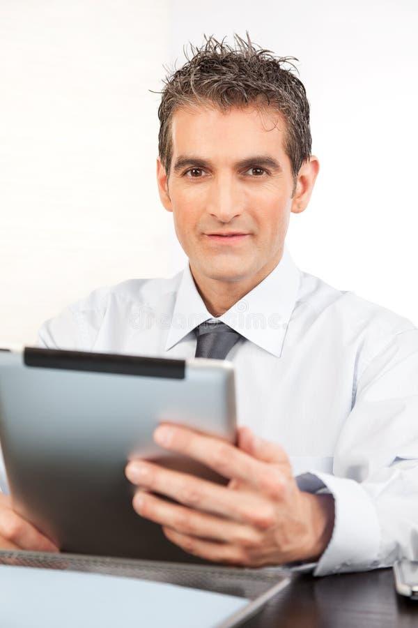 Ψηφιακή ταμπλέτα εκμετάλλευσης επιχειρηματιών στοκ εικόνες