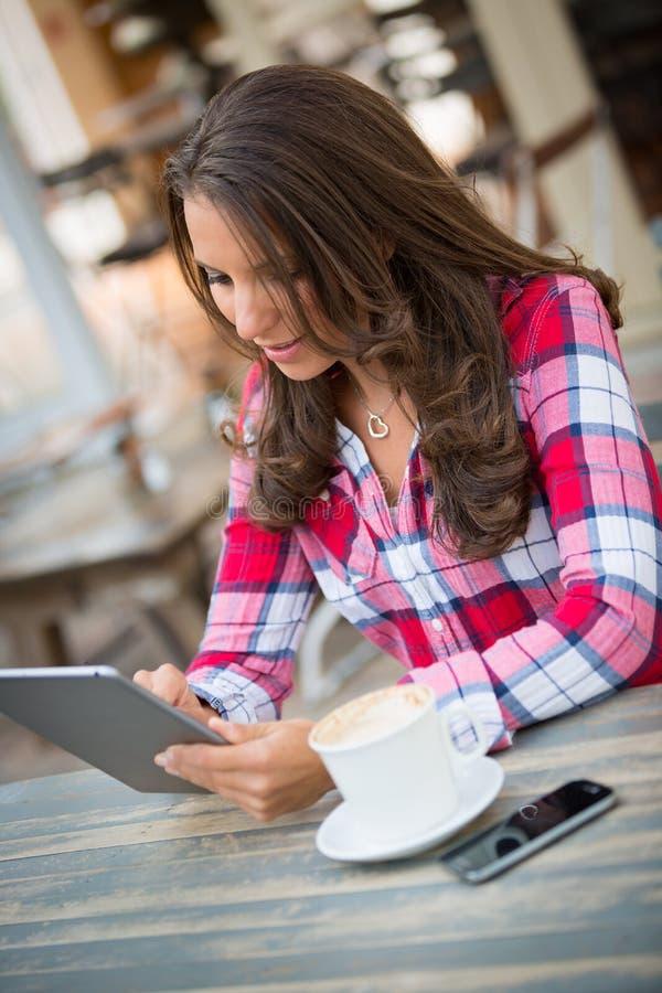 ψηφιακή ταμπλέτα που χρησιμοποιεί τη γυναίκα στοκ εικόνα