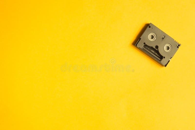 Ψηφιακή τηλεοπτική κασέτα στο κίτρινο υπόβαθρο Μίνι κασέτα διάστημα αντιγράφων στοκ εικόνες με δικαίωμα ελεύθερης χρήσης