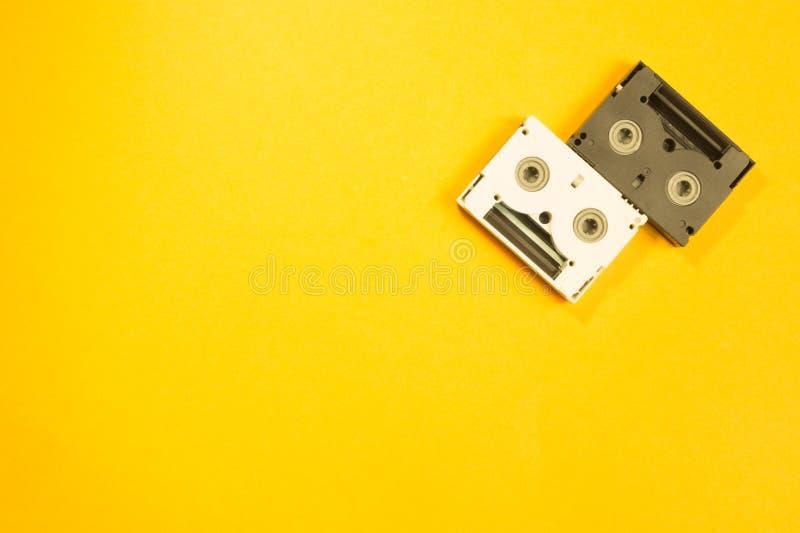 Ψηφιακή τηλεοπτική κασέτα στο κίτρινο υπόβαθρο Μίνι κασέτα διάστημα αντιγράφων στοκ εικόνες