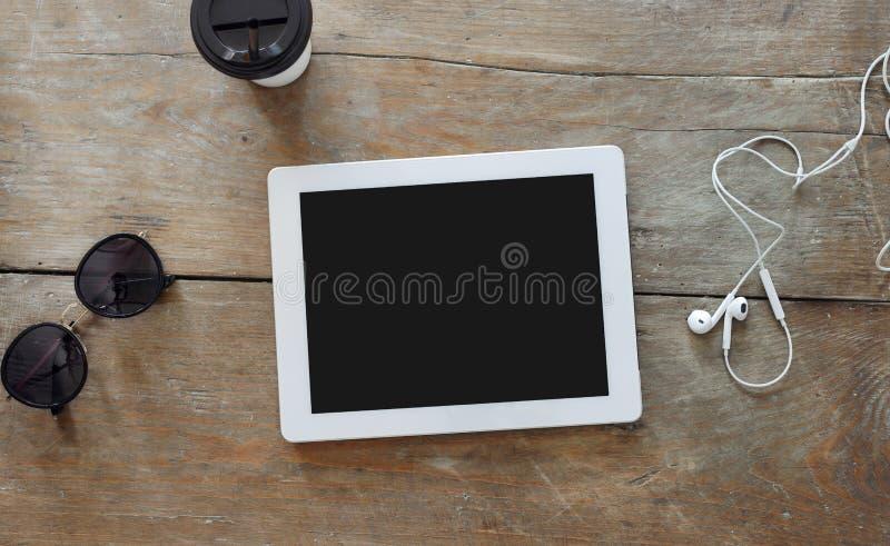 Ψηφιακή τοπ άποψη γυαλιών ηλίου καφέ επιτραπέζιων καφέδων ταμπλετών ξύλινη στοκ εικόνες με δικαίωμα ελεύθερης χρήσης