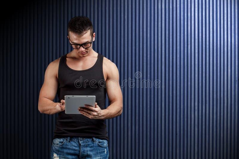 ψηφιακή χρησιμοποίηση ταμπλετών ατόμων στοκ εικόνες με δικαίωμα ελεύθερης χρήσης