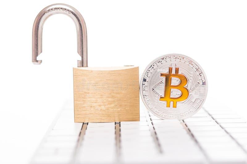 Ψηφιακό νόμισμα, ασημένιο bitcoin με το ανοικτό λουκέτο στο υπόβαθρο πληκτρολογίων στοκ φωτογραφία με δικαίωμα ελεύθερης χρήσης