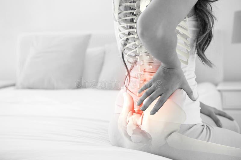 Ψηφιακό σύνθετο της τονισμένης σπονδυλικής στήλης της γυναίκας με τον πόνο στην πλάτη στοκ εικόνα με δικαίωμα ελεύθερης χρήσης