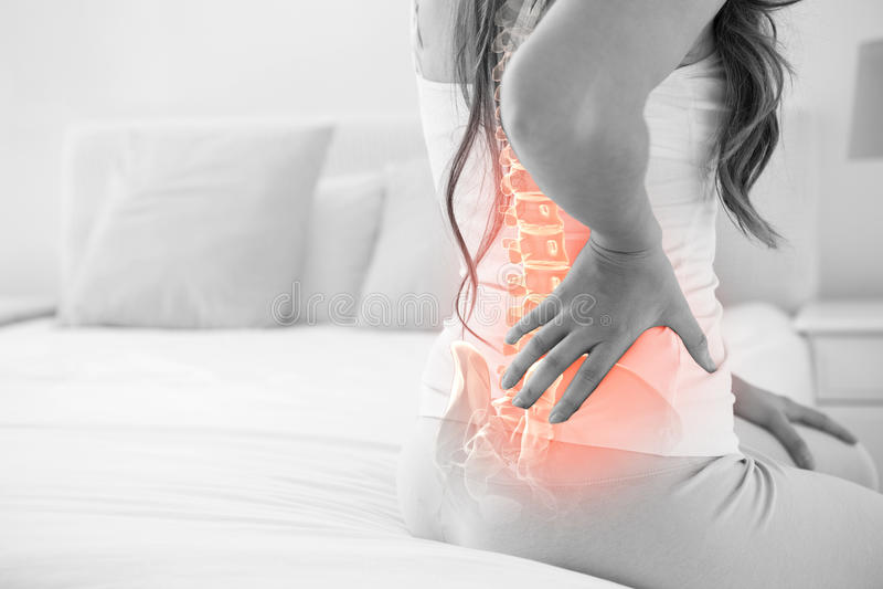 Ψηφιακό σύνθετο της τονισμένης σπονδυλικής στήλης της γυναίκας με τον πόνο στην πλάτη στοκ εικόνες
