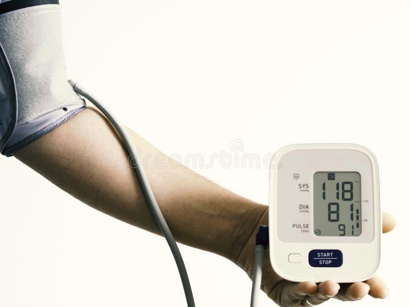 Ψηφιακό όργανο ελέγχου πίεσης του αίματος με τη μέτρηση πίεσης του αίματος βραχιόνων και το άσπρο υπόβαθρο στοκ φωτογραφίες με δικαίωμα ελεύθερης χρήσης