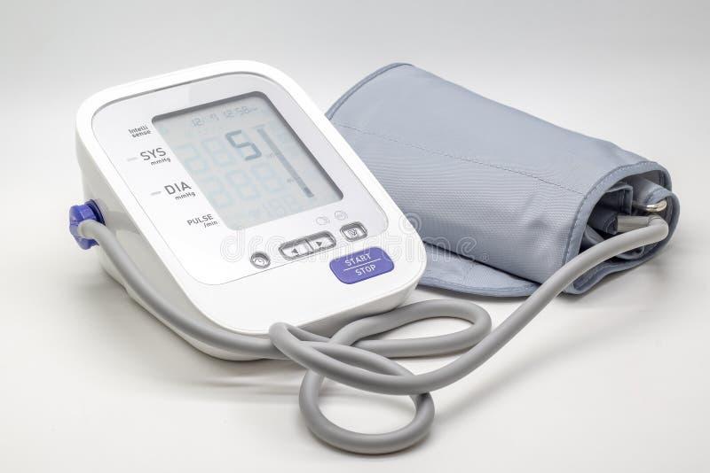 Ψηφιακό όργανο ελέγχου υψηλής πίεσης αίματος στο άσπρο υπόβαθρο στοκ εικόνες